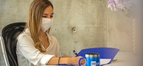 mujer firmando un contrato